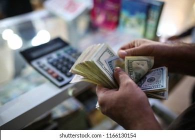 man who counts dollars 25-10-2017 Iraq Erbil