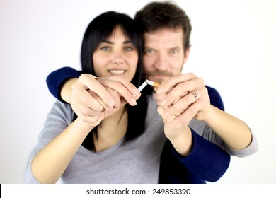 Homem e mulher quebrando cigarro parando fumaça