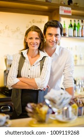 Man and woman in caf_ smiling