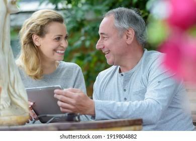 Mann und Frau diskutieren etwas im Freien