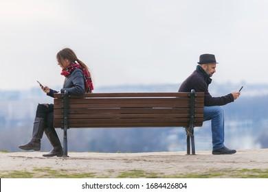Mann und Frau auf Parkbank