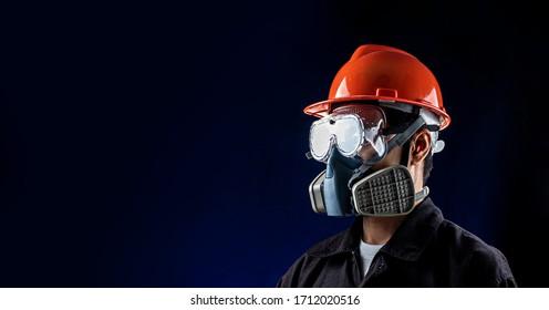 Arbeitskraft mit Vollschutzausrüstungen für die Arbeit in der Gefahrenatmosphäre wie gefährliche chemische Gase, Rauch oder Staub oder pm2.5