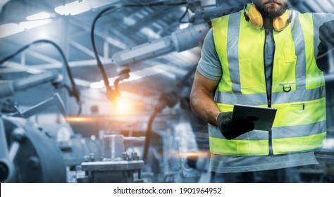 Manager oder Industrietechniker, der Robotik mit Industrie-Fabrik- und Netzwerk-Automatisierungsroboter-Arm nach Tablet arbeitet und steuert. AI, künstliche Intelligenz.
