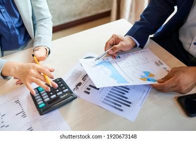 Directores del departamento de marketing analizando diversos informes en la reunión