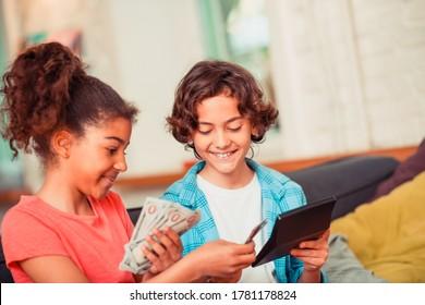 Verwaltung von Geld. Ein Junge und ein Mädchen, die lernen, ein Budget zu planen