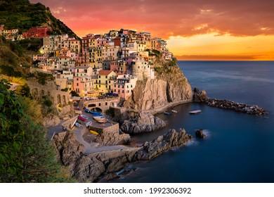 Manarola at sunset, Cinque Terre, La Spezia, Ligurien, Italien
