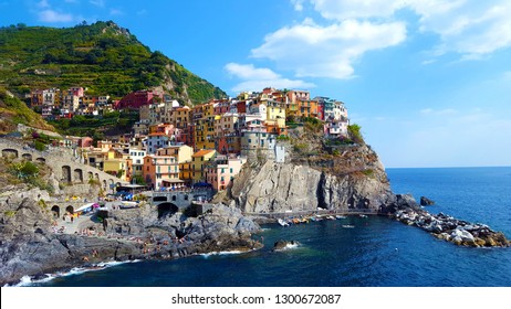 Manarola town, Cinque Terre national park, Liguria, Italy.  Is one of five famous colorful villages, suspended between sea and land on sheer cliffs.