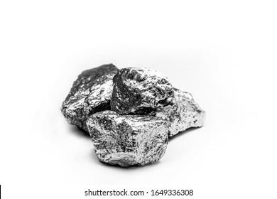 マンガン、マンガン、マグネシウム石は、元素であり、金属合金の製造にあたる。銀色の鉱石、工業用。黒い背景に鉱石。