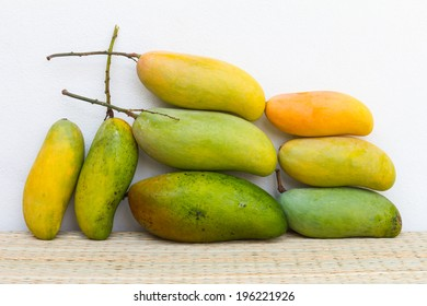 Mango, green and yellow are both large and small, located on the mats.