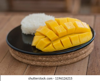 Mango and sticky rice - a specialty dessert from Thailand. Corn beans placed around the dessert.