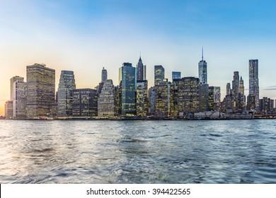 Manhattan Stadtbild im Stadtzentrum mit der Brücke von Brooklyn bei Sonnenuntergang