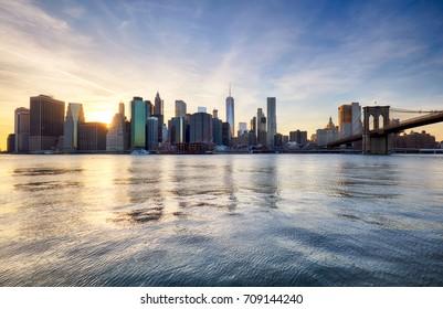 Manhattan skyilne, New York City at sunset.
