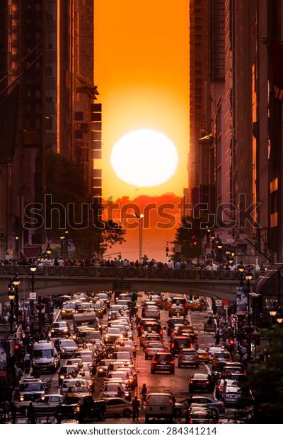 Manhattanhenge en la ciudad de Nueva York, a lo largo de la calle 42. Manhattanhenge es un evento en el que el sol se alinea con la red principal de Manhattan, Nueva York