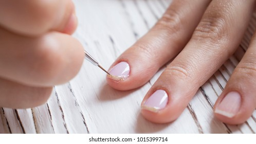 manicure drawing on the nail with a brush. krupnim plan. nail care