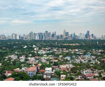 Manila Vororte mit der Innenstadt von Manila im Hintergrund.