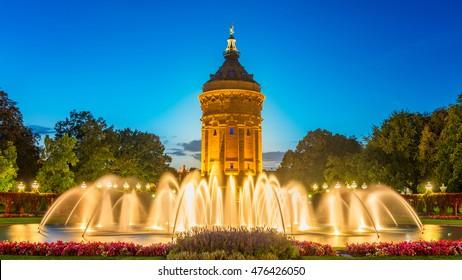 Mannheimer Wasserturm Deutschland mit glatten Springbrunnen im Vordergrund