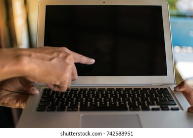Man's hand is pointing out the problem. Can not work After ordering a laptob through the website.