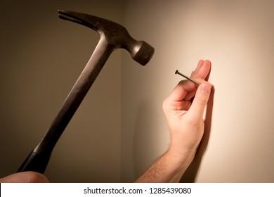 「壁 釘 うつ 広告写真」の画像検索結果