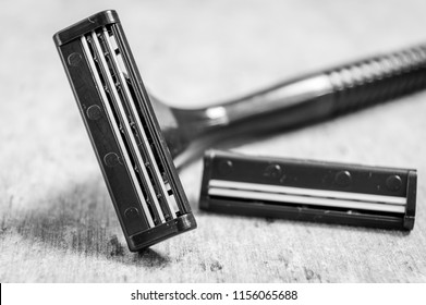 Man's shaving machine with an extra blade in black and white