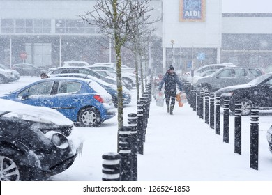 Mansfield,Nottinghamshire,UK:  February 28th  2018:severe weather in around Mansfield .Very heavy snow roads blocked traffic at a stand still.Beast from the east weather front.