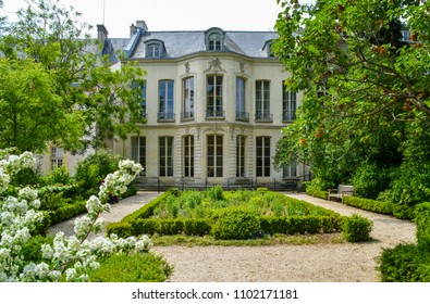 Mansion, in Archives Garden, Paris