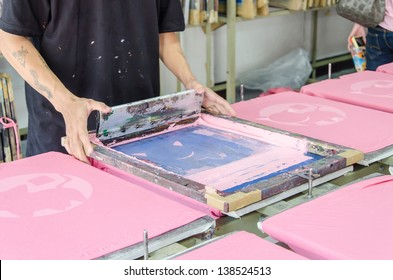 manual screen printing shirt