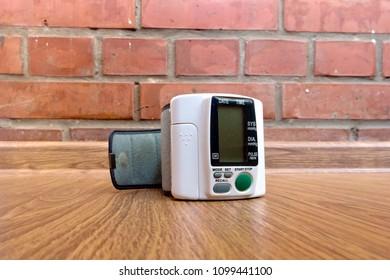 Manual tonometer. Measurement of pressure