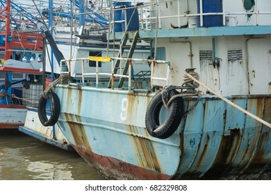 Many big boats will be fishing squid at night in the sea of Thailand