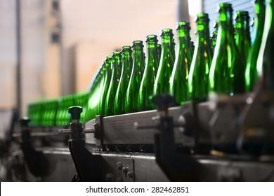 Viele Flaschen auf Förderband in Fabrik