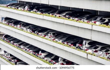 多階の駐車場に多くの車:環境・交通・自動化産業のコンセプト