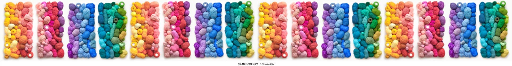 Viele bunte Bälle aus Wolle und Baumwollgarn zum Stricken. Weißer Hintergrund. Stretch und Farbverlauf. Regenbogenlayout.