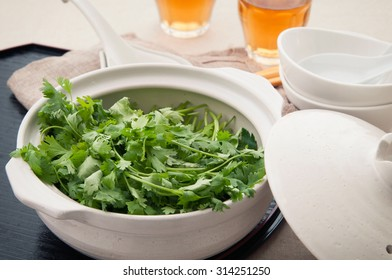 Many coriander which are in the earthenware pot