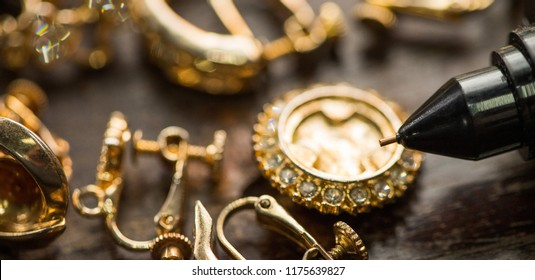 Many expensive decorative Ring, Earrings ready to check real or not with Diamond Tester Gemstone Selector Gems LED Indicator Jewelry kits Test, Portable electronic device to peep quick selective focus