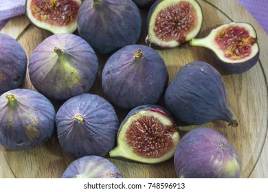Many of the fruits of ripe figs on a wooden Board