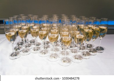 Many glasses filled with champaigne standing on the table
