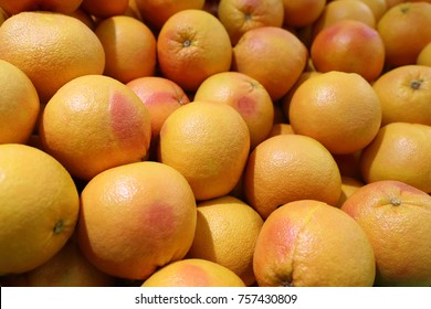 Many grapefruits on the counter in the market