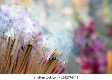 Many incense sticks were lit to perform Buddhist rituals, Smoke from a large amount of incense, Asian beliefs about Buddhist rituals, Religious ceremony