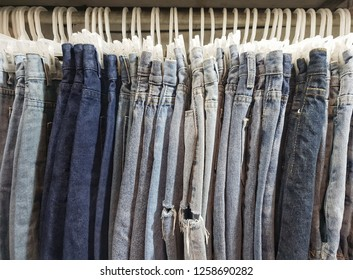 Many jeans are hanging on the show floor on the idea of ​​trading fashion clothes and fashion jeans.