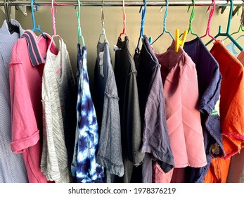 Many kinds of clothes are washed until clean. Hanging on the clothesline to dry In order to continue to wear