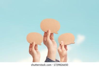 Viele Leute zeigen eine Blank-Speech-Blase, Prozess der Diskussion und kommentieren, Bester Gedanke, gute Idee, positives Feedback. Meinung der Öffentlichkeit und der umgebenden Bevölkerung