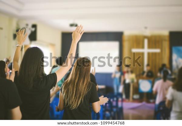 viele Menschen sind Gottesanbeter und erheben Hände