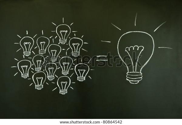 De nombreuses petites idées sont aussi grandes qu'une grande, illustrées par des ampoules dessinées à la craie sur un tableau noir.