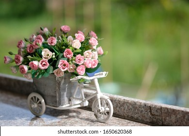 Many small roses in a pot  Placed on a marble table