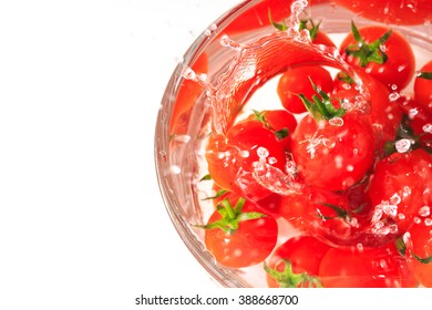Many tomato in the bowl with water