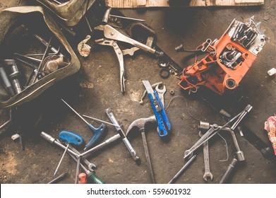 Viele Werkzeuge auf schmutzigen Boden, Set Handwerker Werkzeug , mechanische Werkzeuge. Professioneller Mechaniker mit verschiedenen Werkzeugen für die Arbeit in der Auto-Reparatur-Service.