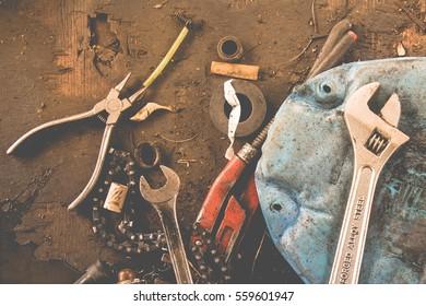 Viele Werkzeuge auf schmutzigen Boden, Set Handwerker Werkzeug , mechanische Werkzeuge. Professioneller Mechaniker mit verschiedenen Werkzeugen für die Arbeit in der automatischen Reparatur.
