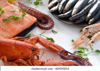 many types of fish on the table. We find lobster, sardines, clams, Octopus, and salmon