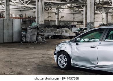 Muchos autos alterados y alterados desconocidos luego del accidente de tránsito en área industrial abandonada. Venta al por mayor de vehículos de salvamento de seguros.