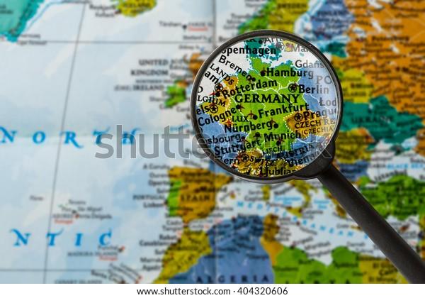 Saksan Kartta Suurennuslasin Kautta Arkistokuva Muokkaa Nyt