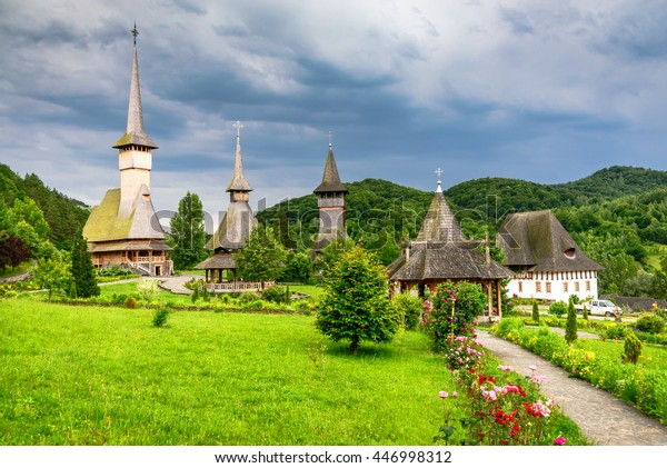 Maramures, Roumanie. Eglise en bois du monastère de Barsana, site de Transylvanie.